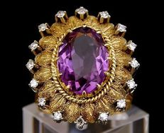 14 kt white and yellow gold ring. Natural amethyst and 16 natural white diamonds
