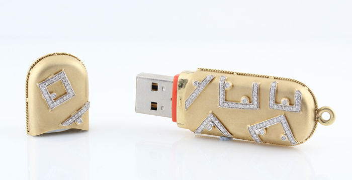 18 kt yellow gold USB plug pendant set with diamonds, 0.67 ct in total & gold weight 35.00 g & 68 x 20 x 11 mm / GH-VVS2-VS1
