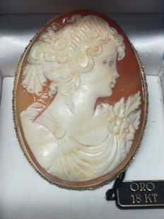 18 kt gold cameo      Dimensions: 49 x 63 mm, new, never worn
