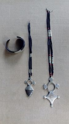 Lot with three items of vintage, traditional Tuareg jewellery.