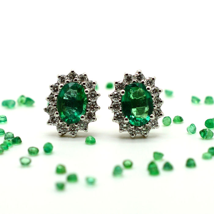 Earrings in 18 kt gold with emeralds and brilliant cut diamonds, 1.70 ct in total