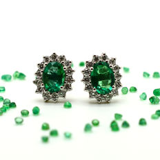 Earrings in 18 kt gold with emeralds and brilliant cut diamonds, 1.80 ct in total