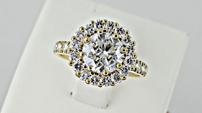 2.47 ct round solitaire diamond halo ring made of 14 kt yellow gold - size 7