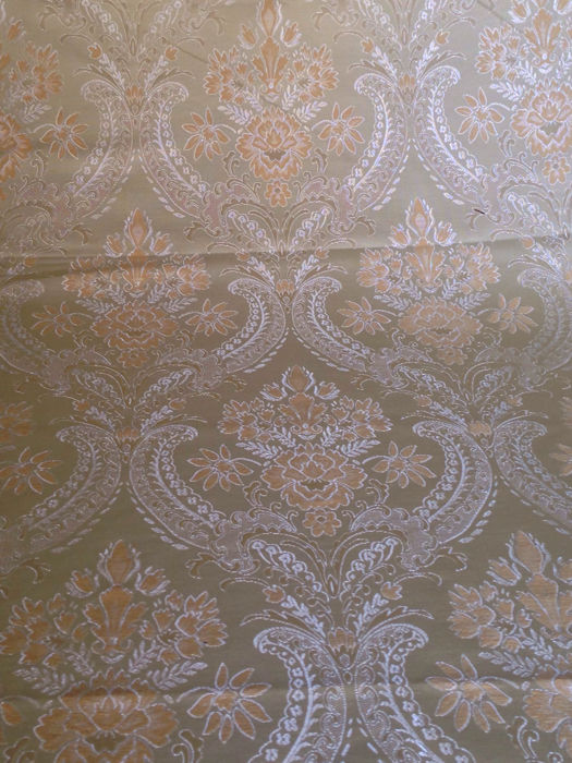 5.50 x 1.42 m of a majestic damask fabric with large gold medallions, in Louis XV style - Italy second half of the 20th century