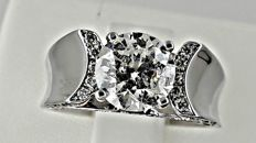 1.96 ct round fashion diamond ring made of 18 kt white gold - size 6,5