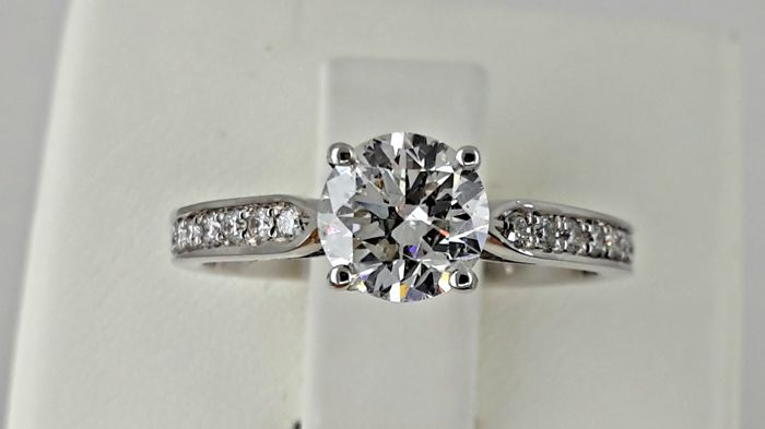 AIG 1.31 ct D/VS2  round diamond ring 14 kt white gold - size 7