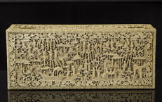 A large ivory box and cover - China - 19th century