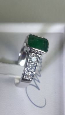 Ring in 18 kt gold with an intense green emerald, 1.50 ct and diamonds, G colour