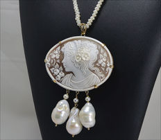 18 kt gold pendant – sardonyx cameo – 60 mm – Necklace length: 45 cm