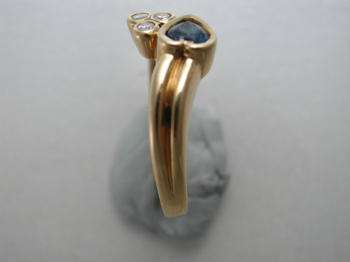 Diamond ring with sapphire heart made of 750 yellow gold; size: 54