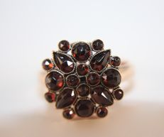 Rose gold ring (14 kt) with flower made of garnets -- size 17