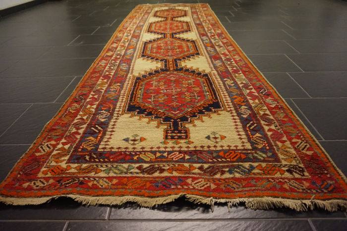 Old Persian carpet Sarab circa 1950 Made in Iran 100 x 355 wool on cotton, natural colours