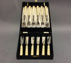 Silver plated fish cutlery for 6 persons in original box, England, ca. 1910,