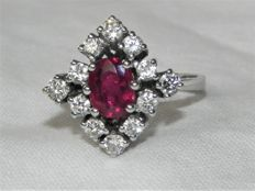Cocktail ring 14 KT - 585 gold with 2.5 ct ruby and 12 brilliants approx. 0.76 ct