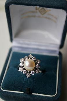 White gold solid ring with sea/salty AAA quality pearl 8 mm and large 12 diamonds approx. 0,84 CT Top Wesselton/Flawless. Excellent/ like new.