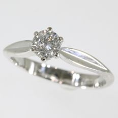 18K. Solitair engagement ring with 0.48ct brilliant. Ring size: EU-56 & 17¾, USA-7½, UK-O½ Free resizing*