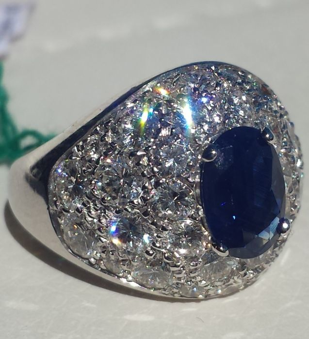 18 kt gold ring with diamonds, colour F VVS 2.55/2.70 total ct and royal blue sapphire, 1.20 ct, beautiful transparency