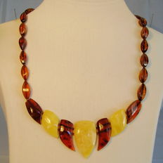 Old multi-colour amber necklace with amber screw clasp around 1940/45, 18.8 grams.