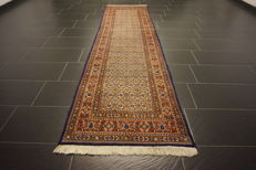 Beautiful Persian carpet, Moud Mut, 80 x 250 cm, made in Iran, end of the 20th century.