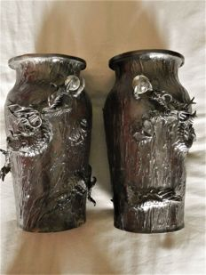 A good pair of signed bronze dragon vases - Japan - late 19th century (Meiji period)