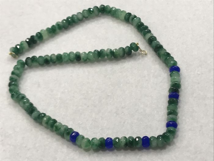 Necklace of shadow emerald and sapphire. Clasp: 18 kt gold – Length: 50 cm