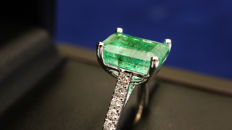 Superb 18 kt white gold ring, rhodium treated, and set with an octagonal-cut emerald, certified by the EGL laboratory as 9.45 ct, and ring body set with 0.22 ct of diamonds in micro-claw setting.
