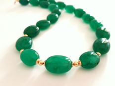 Necklace made of emerald beads with 14 kt yellow gold clasp and 14 kt dividing beads, length: 43.5 cm