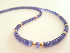 Tanzanite necklace with 14 kt yellow gold clasp and 14 kt dividing beads, length: 49.5 cm