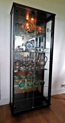 Display cabinet of wood with 3-sided glass and mirror rear wall - with 38 antique/retro collectables
