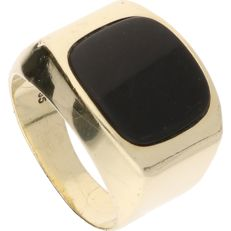 14 kt yellow gold signet ring set with black onyx – Ring size: 16.5 mm