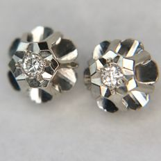ca. 1950/70 14kt.  Witgoud classic Earrings with small solitaire briljanten H /VSi in flower frame. Very nice state.