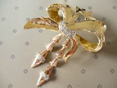 18 kt gold Retro brooch, 18 diamonds in total, brilliant cut