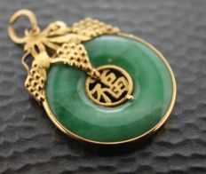 Yellow gold handmade pendant, 23 kt inlaid with Jade - 23 x 32 mm