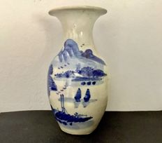Blue and white porcelain vase depicting a Chinese scene with lagoon – China – 19th century