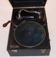 Portable Suitcase Gramophone - brand Weekend - Fa. Heinrich Küchenmeister Berlin W35 / Germany - ca. 1920s/30s