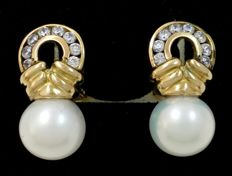18 kt (750/1000) yellow gold earrings with fresh water cultured pearls.  Weight: 7.5 g.