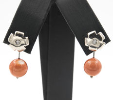 750/1000 (18 kt) white gold - Earrings - 0.15 ct diamonds - Coral - Earring height:  24.80 mm (approx.).