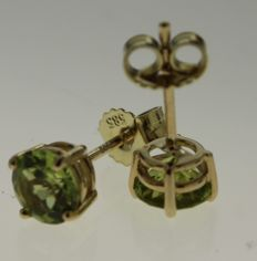 14 kt Yellow gold solitaire ear studs set with peridot – 5 mm