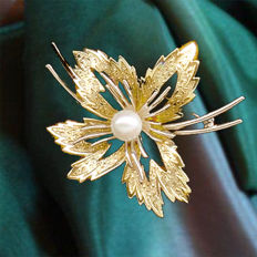 Brooch made of 14 kt gold with Akoya pearl approx. 6 mm, new condition