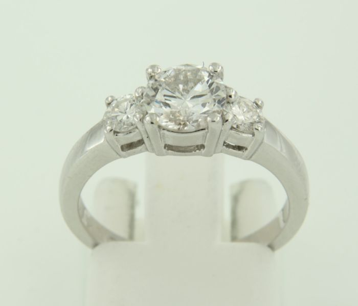 18 kt white gold trilogy ring set with brilliant cut diamonds, centre diamond approx. 1.05 ct, ring size 17 (53)
