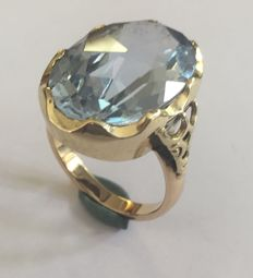 Gold ring with a synthetic spinel (blue)
