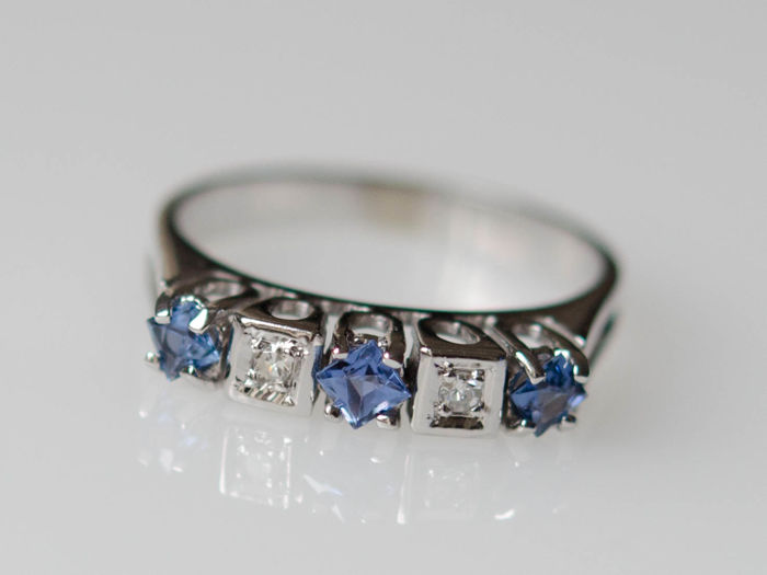 14 KT white gold ring with sapphires and diamonds; Size: 54 (14)