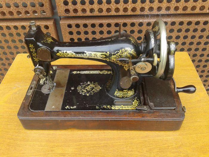 Singer 28K sewing machine with wooden cover, 1920