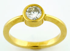 18 kt gold ring with brilliant cut natural diamond of 0.67 ct (J/P1). IGE certificate.