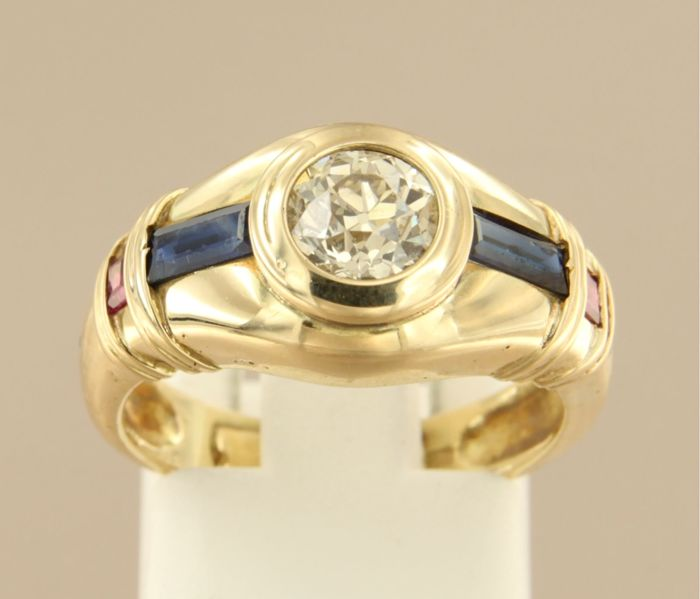 1920s, 14 kt yellow gold ring set with a central 0.75 ct old Amsterdam cut diamond with carre cut sapphire and ruby, ring size 17 (53)