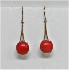 Gold precious coral earrings, 3.7 cm in length.