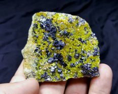Beautiful magnetite with epidote specimen - 60 x 50 x 23 mm - 114 gm