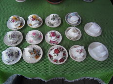 Lot with 14 English porcelain cups and saucers
