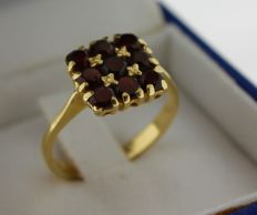 14 kt gold ring inlaid with garnet - ring size:  17