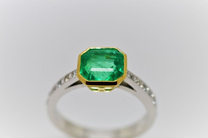 2ct emerald and pave diamond ring set in 18ct gold - Ring size N